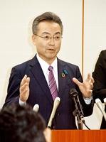 福井県内8、9例目となる新型コロナウイルス感染者確認を受け、会見する杉本達治知事=3月27日午後9時15分ごろ、福井県庁