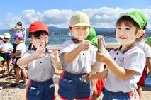 敦賀の園児90人が地引き網漁体験