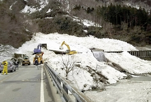 大規模な雪崩が発生した福井県大野市仏原の国道158号=3月9日(読者提供)