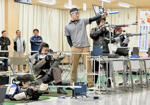 集中力を高め練習に励むライフル射撃の選手たち=福井市の県立ライフル射撃場