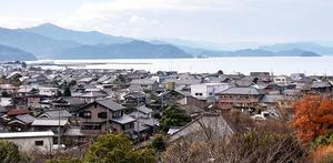 高台から見下ろす西津地区と小浜湾=福井県小浜市北塩屋から撮影