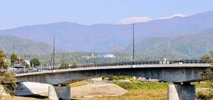 勝山恐竜橋からは遠方に雪化粧した白山、手前の森の中には銀色に光る福井県立恐竜博物館が望める