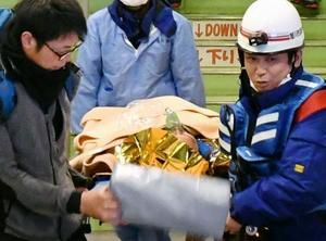 救助され担架で運ばれる男性=8日午前、北海道上川町