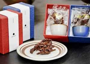 チョコをコーティングした越前そば、越前焼のおちょこ、越前和紙を組み合わせた「そばちょこ」=福井県越前町小曽原の「越前焼の館」