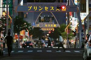 飲食店などが並ぶ名古屋市の繁華街=5日夜