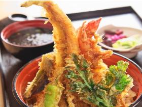 敦賀港の目の前で海の幸に舌鼓 地元の人も恋する丼が勢ぞろい