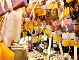 昔ながらの手作業で作られ、つるされていくかき餅=福井県勝山市平泉寺町平泉寺