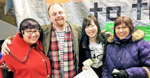 ホストファミリーと記念撮影する廣部さん(右から2人目)。ふるさと納税を活用した福井県の支援を受け、米国に留学した=2月、米アラスカ州