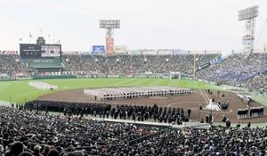 第91回選抜高校野球大会の開会式で整列する各校の選手たち=2019年3月、兵庫県西宮市の甲子園球場