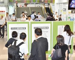 台風の影響による列車の運休情報の掲示板を見る乗客たち=9月4日午前8時15分ごろ、福井県福井市のJR福井駅