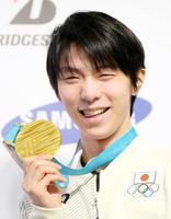 フィギュアスケート男子で66年ぶりとなる2連覇達成から一夜明け、金メダルを手に笑顔の羽生結弦選手=18日、韓国・平昌(共同)