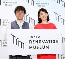 発表会に登場したムロツヨシ(左)と石田ゆり子=東京都内