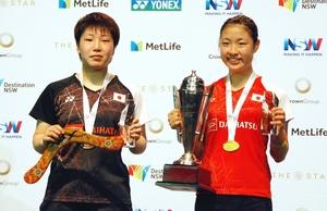 バドミントンのオーストラリア・オープン女子シングルスで優勝した奥原希望(右)と準優勝の山口茜=シドニー(共同)