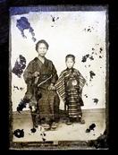 明治16年、湿板写真に写る母子