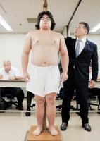 大相撲秋場所の新弟子検査を受ける林舞蹴=5日、東京・両国国技館