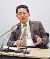 記者会見するリクシルグループ前社長兼CEOの瀬戸欣哉取締役=16日午後、東京都港区