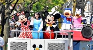 観客に愛嬌を振りまくミッキーマウスらディズニーキャラクター