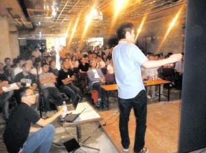 講師陣や物件オーナーらに向けた受講者の公開プレゼン。会場の熱気に包まれた=22日、静岡県熱海市銀座町の丸屋ビル
