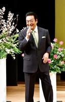 ささらサロンで元気の秘訣を語る高橋英樹さん=4月7日、福井県福井市のフェニックス・プラザ