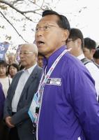 箱根駅伝の予選会をトップで通過し、あいさつする駒大・大八木監督=国営昭和記念公園