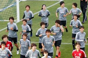 W杯に向けた合宿で調整する(奥左から)岩渕、長谷川ら女子日本代表=千葉県内