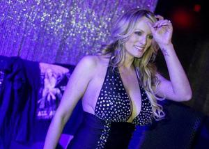 ストリップショーに出演後、撮影に応じるポルノ女優のストーミー・ダニエルズさん=2月23日、米ニューヨーク州(ロイター=共同)