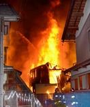福井市の住宅密集地で夜に火事