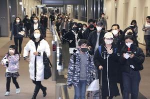 成田空港に到着したマスク姿の乗客ら=1月25日午後