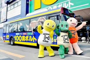 恐竜でラッピングされたバス「100満ボルト号」=25日、福井市の100満ボルト福井本店