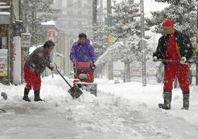 2月も降雪には注意を(1月17日の福井市内、 福井新聞紙面より)