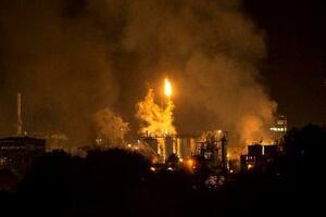 大きな煙が上がる爆発現場の化学工場=14日、カタルーニャ自治州タラゴナ(AP=共同)