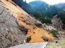 土砂崩れ県道ふさぐ、通行止めに