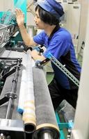 心臓修復パッチを製造する編み機=福井市西開発3丁目の福井経編興業