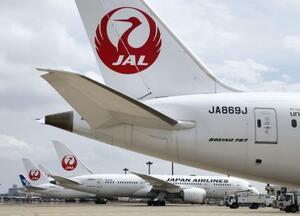 成田空港の駐機場に並ぶ旅客機=15日
