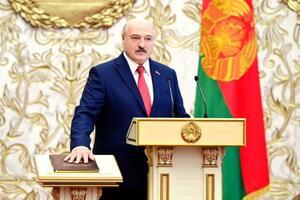 23日、ベラルーシの首都ミンスクで、就任宣誓するルカシェンコ大統領(タス=共同)