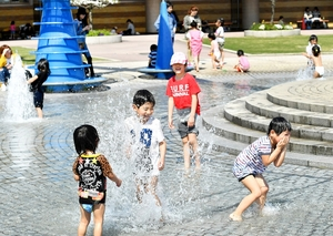 夏を思わせる日差しの中、水遊びを楽しむ子どもたち=4月21日午後1時50分ごろ、福井県坂井市春江町の県児童科学館
