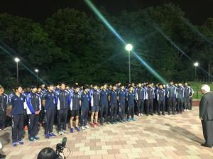 選手を激励する、東京国際大の倉田信靖理事長・総長(右)