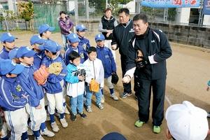 ボールの握り方などを指導する福留孝介選手(右)と山崎武司さん(右から2人目)=11日、福井県鯖江市立待小