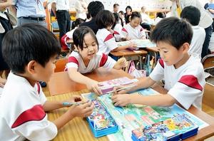 新聞に使われた絵地図の特徴を考える児童=14日、福井県坂井市大関小