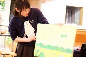 絵本を朗読する参加者の大学生=福井県鯖江市の文化の館
