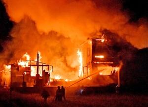 激しく燃える住居兼作業所=11月29日午後6時40分ごろ、福井県福井市重立町