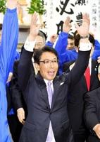 3選を果たしバンザイする野瀬豊氏=24日午後9時45分ごろ、福井県高浜町宮崎の選挙事務所