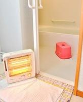 ヒートショックを防ぐには脱衣所を暖房機で温めるのも有効だ