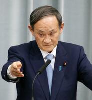 記者会見する菅官房長官=14日午後、首相官邸