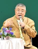 福井の食などについて話す中尾彬さん=8日、福井市のフェニックス・プラザ