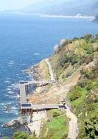 国道305号の仮橋の建設が進む福井県福井市居倉町の土砂崩れ現場=10月24日