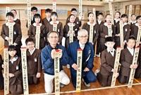 今月閉校、敦賀北小へ感謝の俳句 6年生29人、木札に記す 商店街で掲示 みんなで読もう