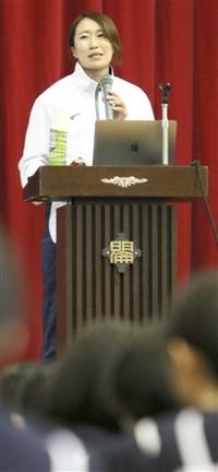 未来へ今頑張って ハンド代表石立さん 母校明倫中で講演