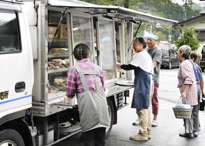 買い物かごを手にした住民が次々と訪れる大美商店の移動販売車=8月30日、福井県大野市朝日