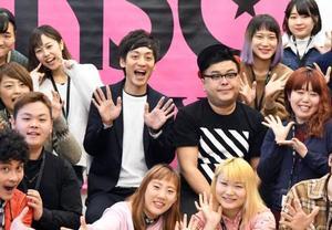 「NSC東京」で特別授業を行った「とろサーモン」の村田秀亮(中央左)と久保田かずのぶ(同右)=15日、東京都内